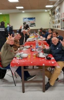 Residentes albergue en cena navideña