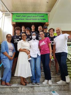 Voluntarios y equipo de la escuela